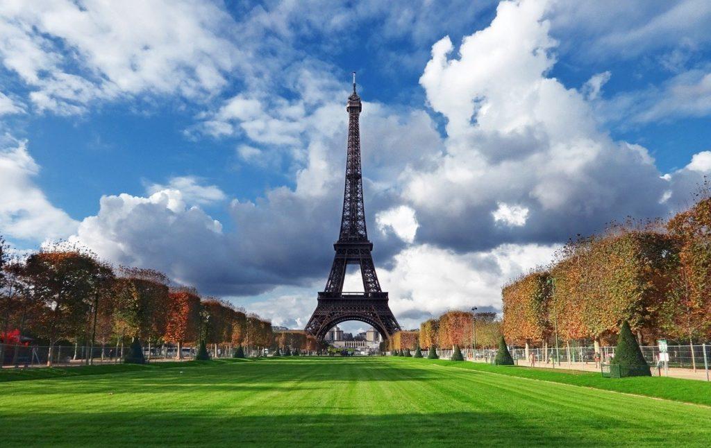 В Париже открыли Эйфелеву Башню